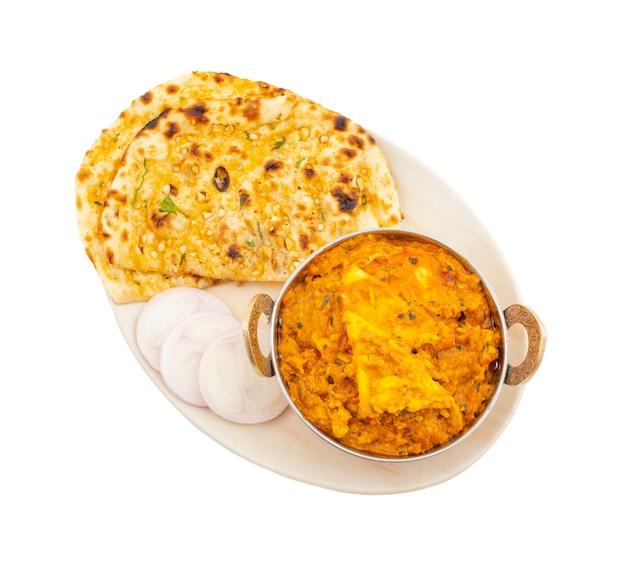 Paneer pasanda dolce e piccante speciale di cucina indiana servito con aglio naan su fondo bianco Foto Premium