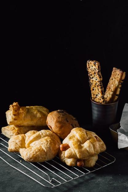 Panetteria sul fondo della tavola nera Foto Premium