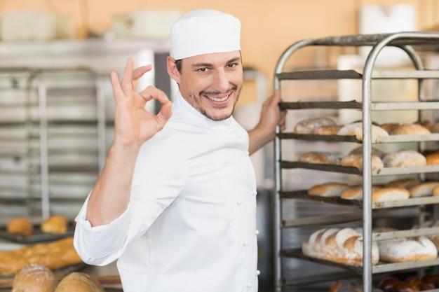 Panettiere sorridente che fa segno giusto con la mano Foto Premium
