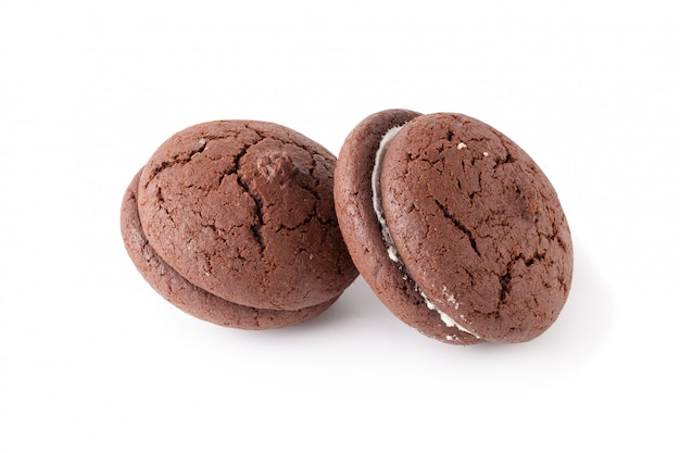Panini biscotti al cioccolato e crema su un piatto bianco isolato su sfondo bianco Foto Premium