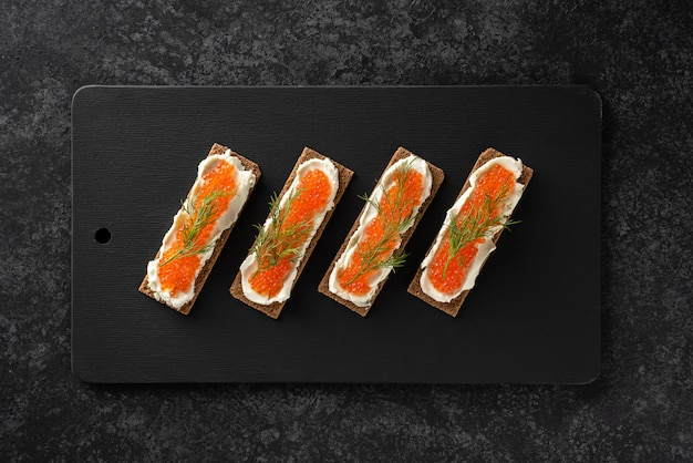 Panini con caviale di trota, ricotta, aneto, piatto, dieta cheto. Foto Premium