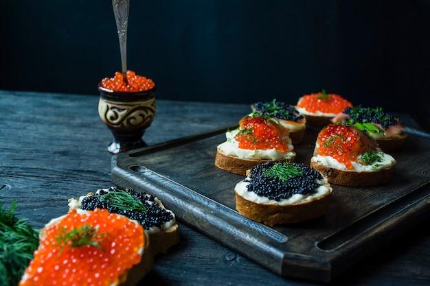 Panini con caviale rosso e nero. Foto Premium