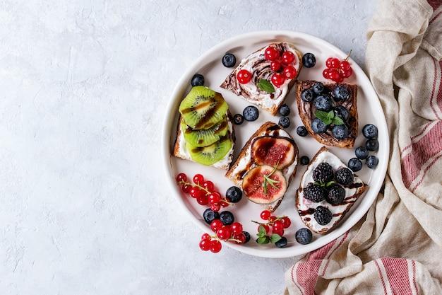 Panini dolci con frutti di bosco Foto Premium