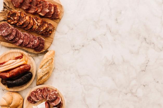 Panini e salsicce sul tavolo di marmo Foto Gratuite