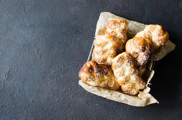 Panini freschi profumati al forno. dolci tradizionali fatti in casa vista superiore dei panini della treccia. Foto Premium