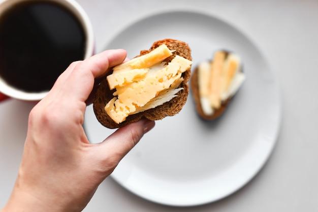 Panini mattutini con caffè. pane con formaggio e burro. Foto Premium