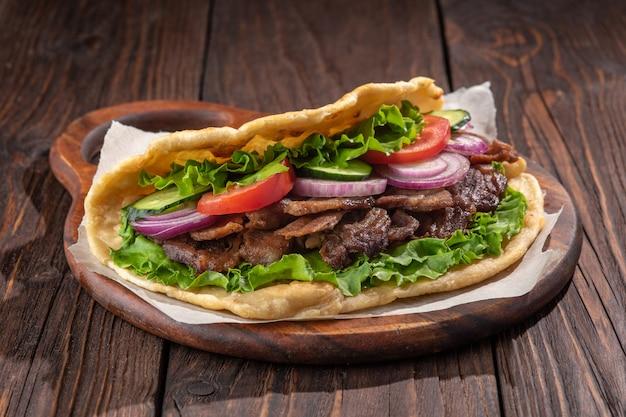 Panino casalingo fresco delizioso con carne arrostita burspit del pollo Foto Premium