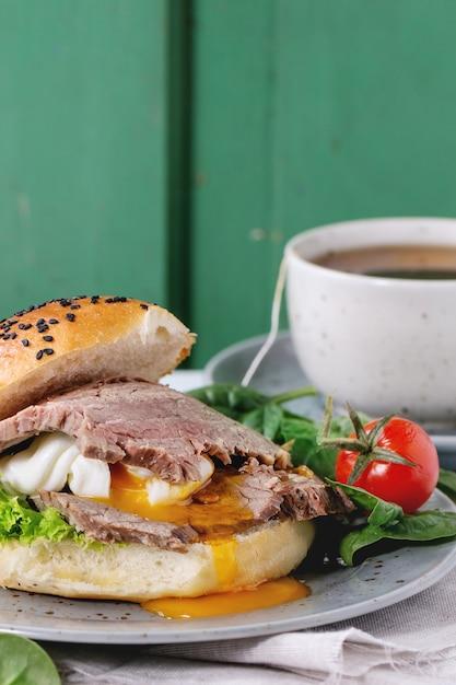 Panino con carne e uova Foto Premium