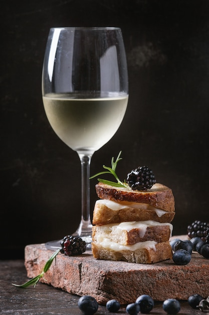 Panino con formaggio di capra e frutti di bosco Foto Premium
