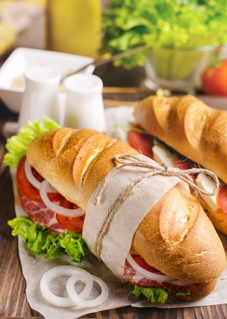 Panino fatto in casa fresco con carne e cipolla. Foto Premium