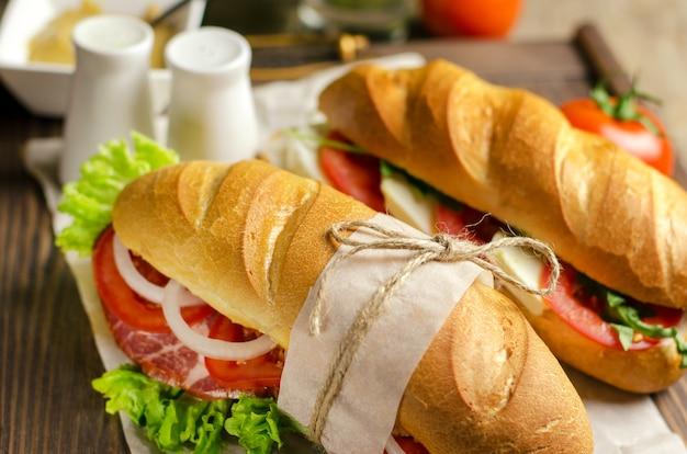 Panino fatto in casa fresco con carne e pomodori Foto Premium