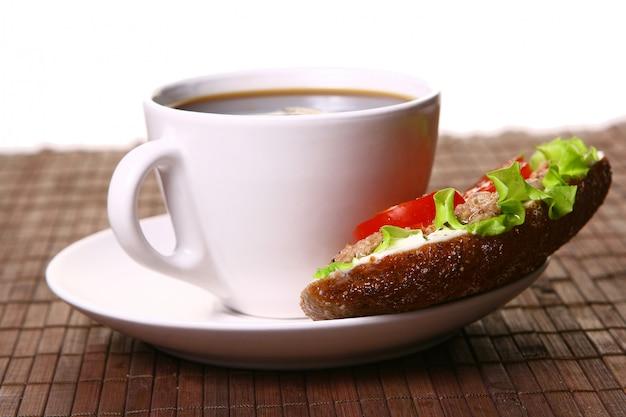 Panino fresco con verdure fresche e caffè Foto Gratuite