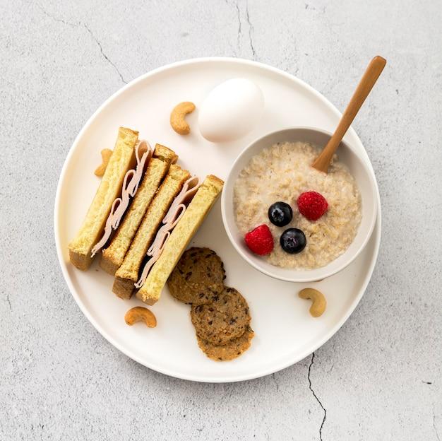 Panino gustoso vista dall'alto con porridge Foto Gratuite