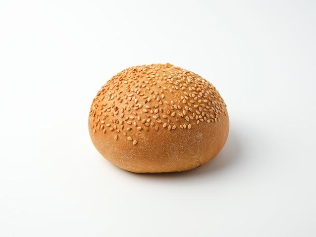Panino intero tondo al forno con semi di sesamo a base di farina di grano bianco Foto Premium