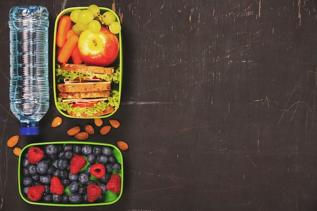 Panino, mela, uva, carota, bacca in scatola per il pranzo in plastica eb Foto Premium