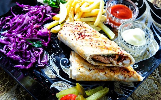 Panino shawarma rotolo fresco di lavash (pita bread) pollo manzo shawarma tradizionale merenda mediorientale. Foto Premium