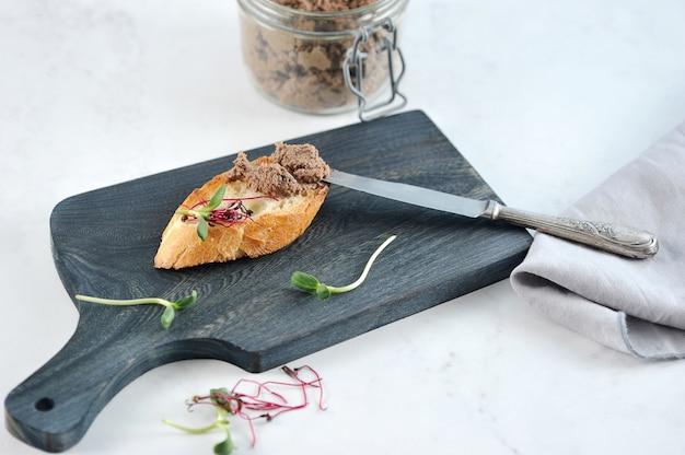 Panino tostato di pane tostato con patè e verdure Foto Premium