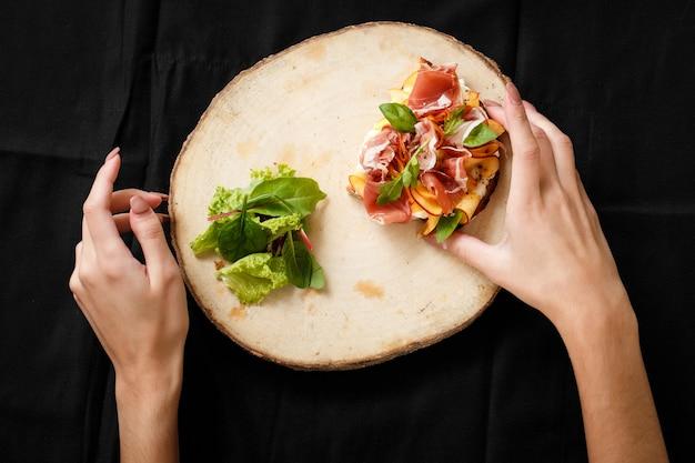 Panino vista dall'alto con jamon e insalata a bordo Foto Premium