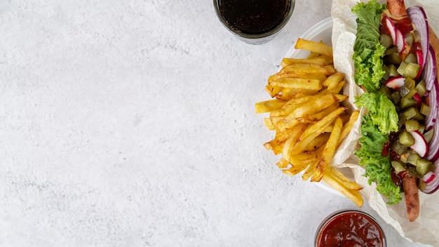Panino vista dall'alto con patatine fritte Foto Gratuite