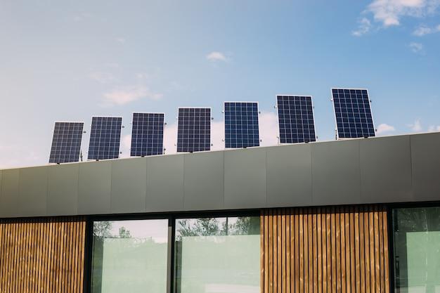 Pannelli a energia solare sul tetto della casa. energie alternative rinnovabili Foto Premium