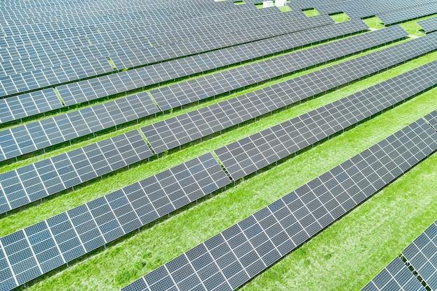 Pannelli solari che producono energia rinnovabile verde Foto Premium
