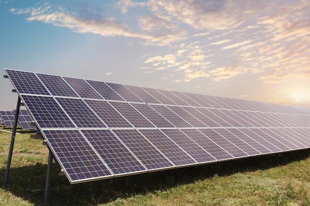 Pannelli solari, fotovoltaici, fonti alternative di elettricità Foto Premium