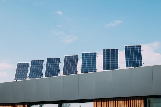 Pannelli solari sul tetto della casa. energie alternative rinnovabili Foto Premium
