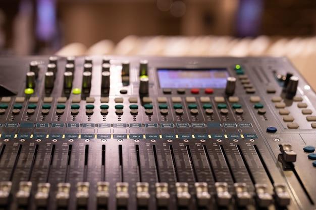 Pannello di controllo del mixer musicale nel salone degli eventi Foto Premium