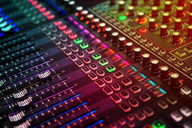 Pannello di controllo professionale per mixer audio e audio con pulsanti e cursori Foto Premium