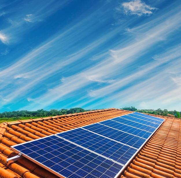 Pannello solare installazione fotovoltaica su un tetto, fonte di energia alternativa Foto Premium