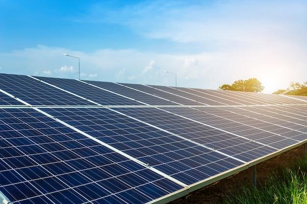 Pannello solare su sfondo blu cielo, concetto di energia alternativa, energia pulita Foto Premium