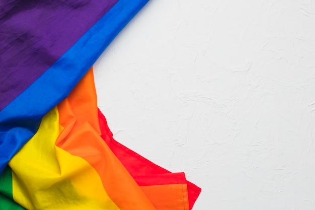 Panno colorato stropicciato su sfondo bianco Foto Gratuite
