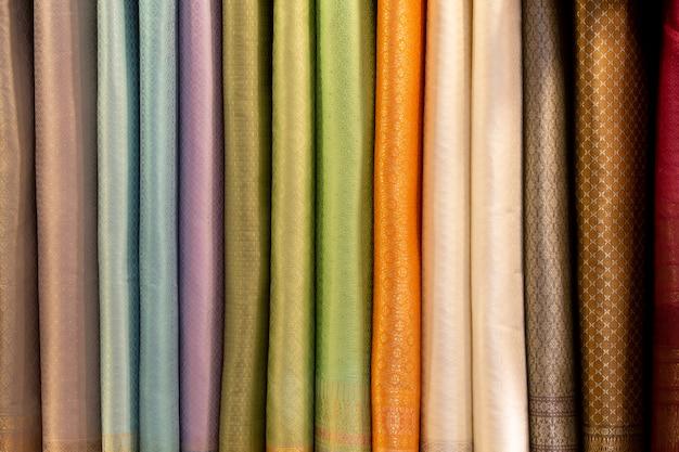 Panno di seta che vende sul mercato Foto Premium