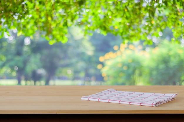 Panno scozzese bianco e rosso sul tavolo di legno Foto Premium