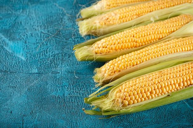 Pannocchie di mais crudo fresco Foto Premium