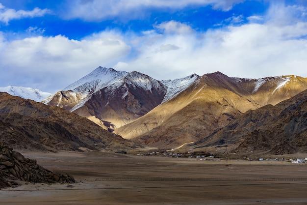 Panorama delle belle montagne che circondano leh alla luce del sole, ladakh, india. Foto Premium