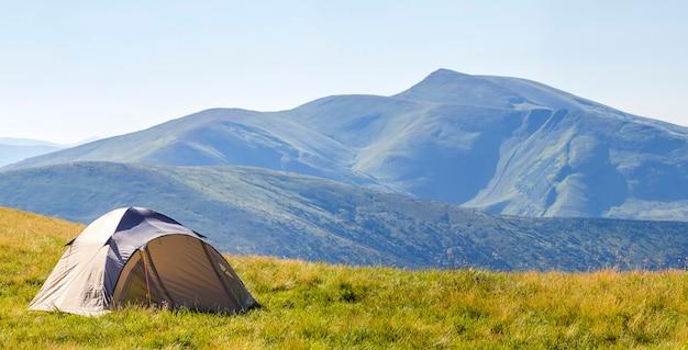 Panorama montano con tenda turistica Foto Premium