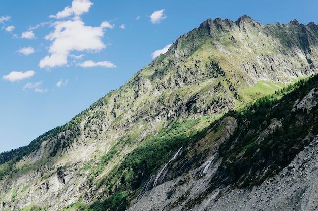 Panorama panoramico delle alpi. journey travel trek e concetto di vita reale. natura meravigliosa. riposa in montagna. autunno nelle alpi nei colori verde e bianco Foto Premium