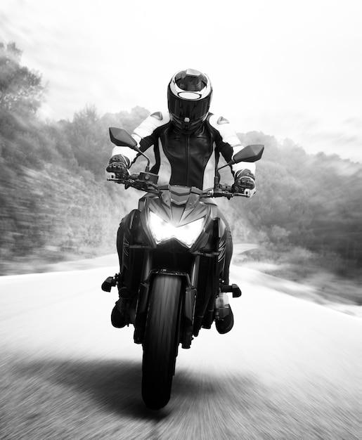 Panoramica di motociclista monocromatico Foto Gratuite