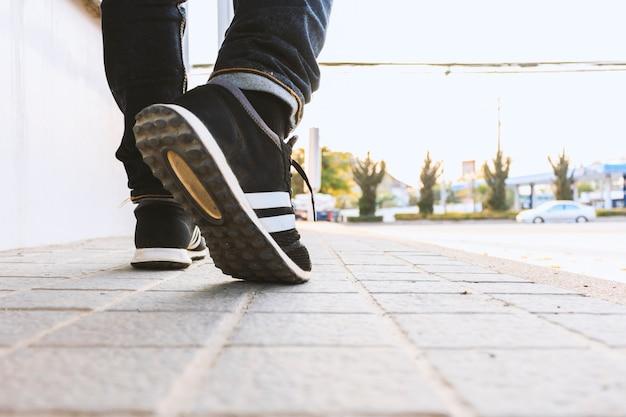 Pantaloni a vita bassa che camminano per la strada Foto Premium