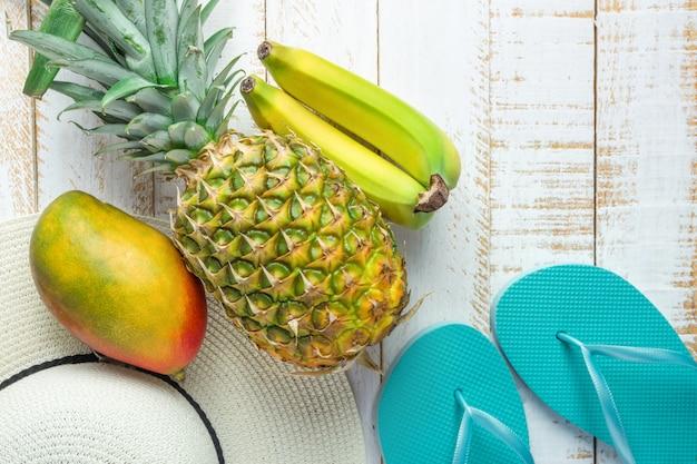 Pantofole blu del cappello delle donne delle banane del mango dell'ananas delle frutta tropicali Foto Premium