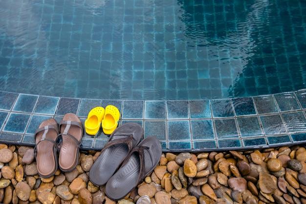 Pantofole sul bordo della piscina Foto Premium