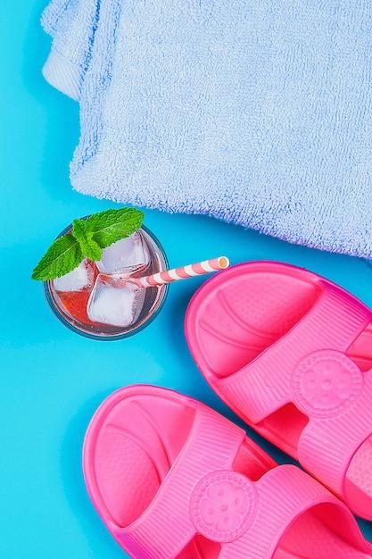 Pantofole, un asciugamano e un cocktail di ghiaccio Foto Premium