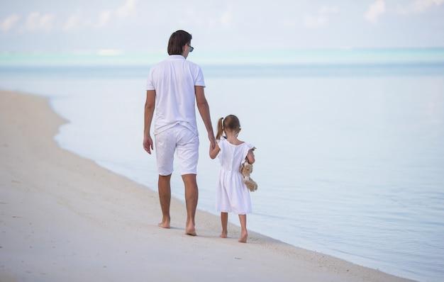 Papà e bambina con peluche durante le vacanze estive Foto Premium