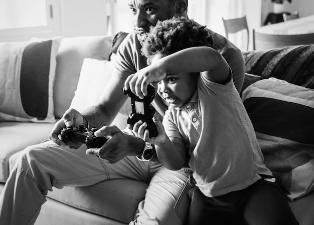 Papà e figlio che giocano nel soggiorno Foto Gratuite
