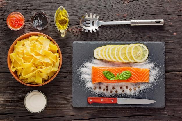 Pappardelle al salmone. cucina tradizionale italiana. piatto pronto su un tavolo di legno Foto Premium
