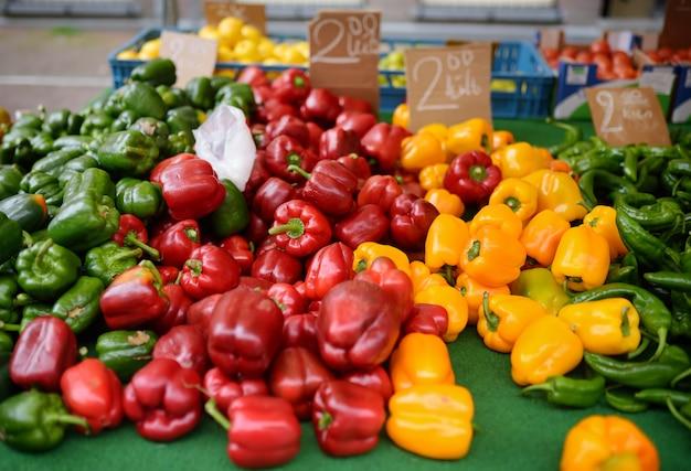 Paprica fresca bio rossa, verde e gialla bio sul mercato agricolo dell'agricoltore Foto Premium