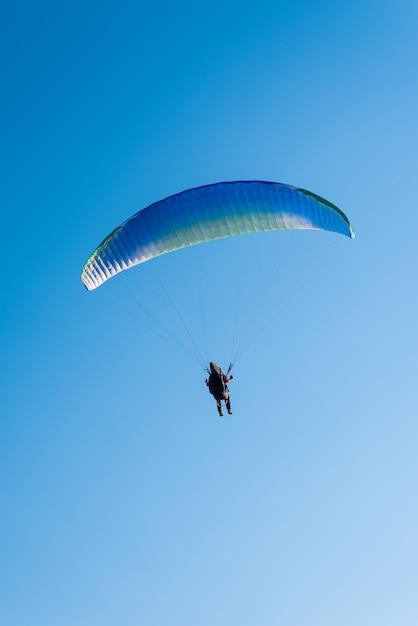 Parapendio nel cielo Foto Premium