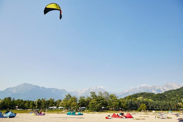 Parasailing dei turisti vicino alle montagne Foto Premium
