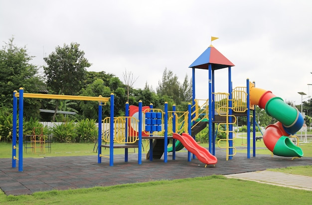 Parco giochi per bambini al parco Foto Premium